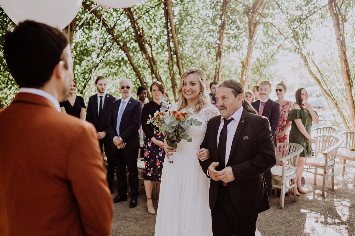 Hochzeitsreportagefoto Einzug Braut standesamtliche Trauung - Standesamt Weidendom und Spreewood Distillers DIY-Herbst-Hochzeit von Spreewald Hochzeitsfotografin aus Berlin © www.hochzeitslicht