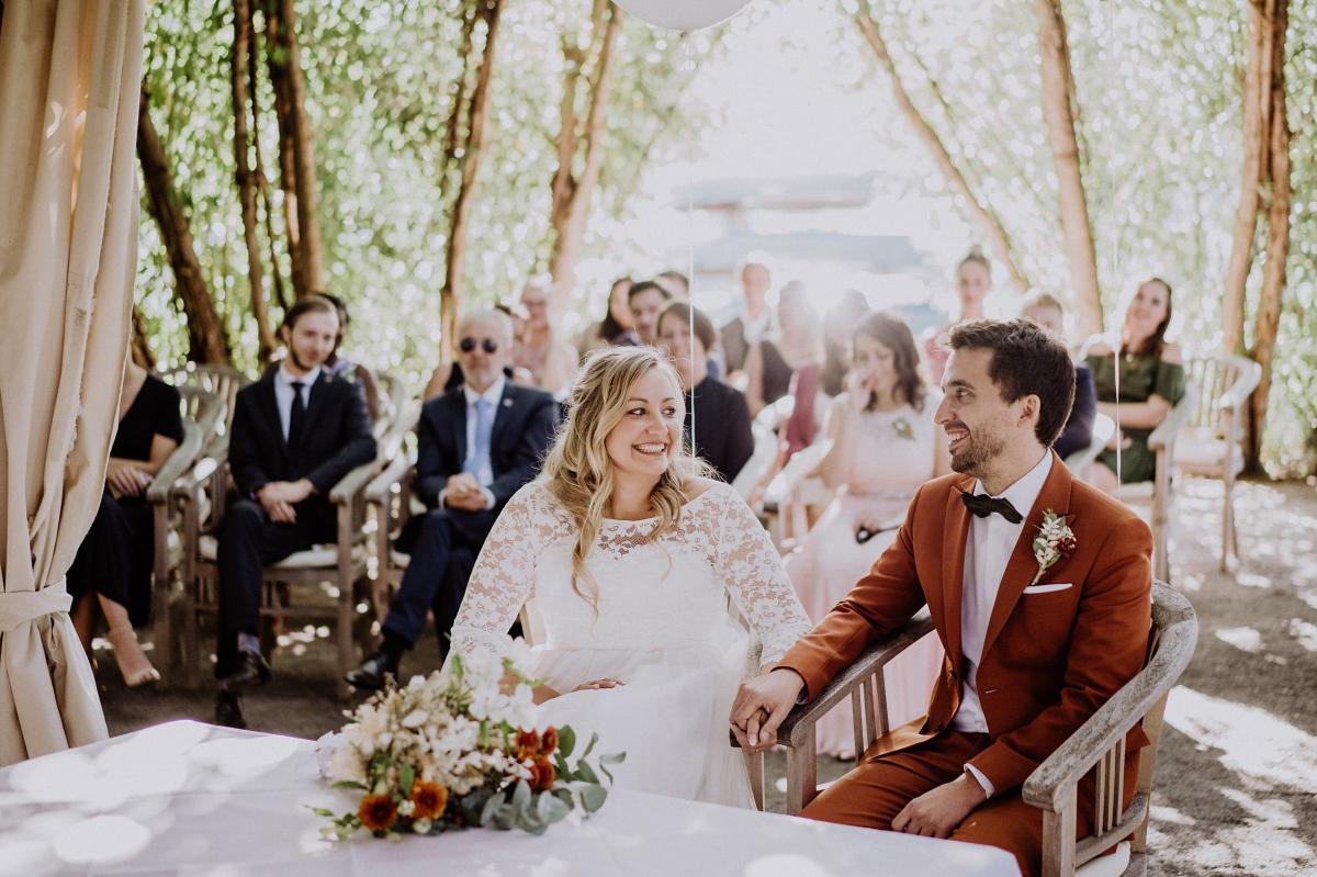 Hochzeitsfoto standesamtliche Trauung unter freiem Himmel - Standesamt Weidendom und Spreewood Distillers DIY-Herbst-Hochzeit von Spreewald Hochzeitsfotografin aus Berlin © www.hochzeitslicht