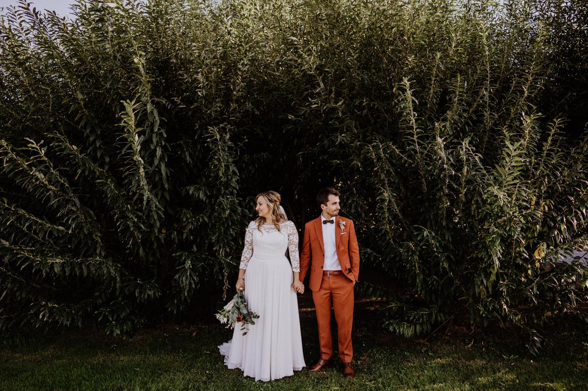 Inspiration Pose Brautpaarfoto natürliche Landhochzeit Herbst - Standesamt Weidendom und Spreewood Distillers DIY-Herbst-Hochzeit von Spreewald Hochzeitsfotografin aus Berlin © www.hochzeitslicht
