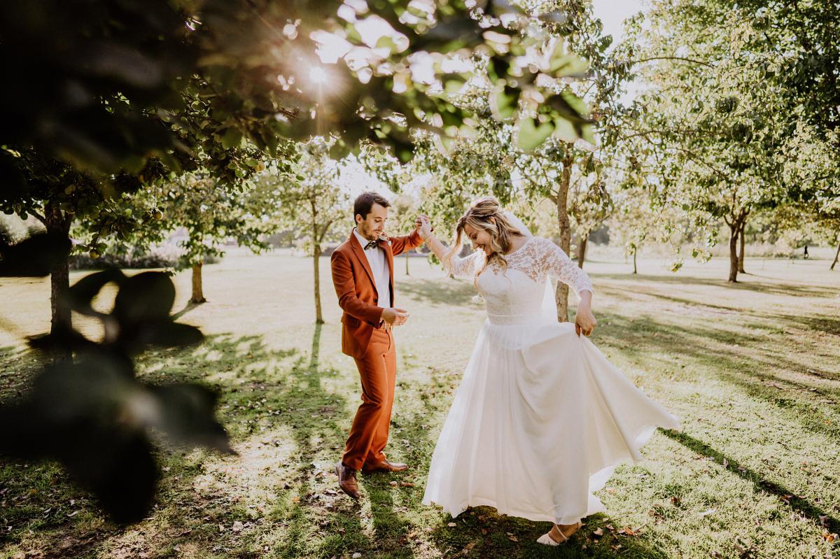Idee Pose Hochzeitsfoto Brautpaar Tanz - Standesamt Weidendom und Spreewood Distillers DIY-Herbst-Hochzeit von Spreewald Hochzeitsfotografin aus Berlin © www.hochzeitslicht