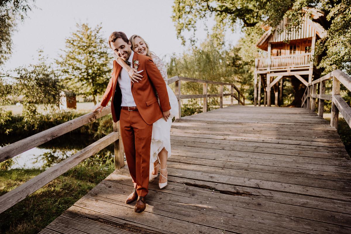 Idee Posieren Hochzeitsfoto Braut umarmt Bräutigam - Standesamt Weidendom und Spreewood Distillers DIY-Herbst-Hochzeit von Spreewald Hochzeitsfotografin aus Berlin © www.hochzeitslicht