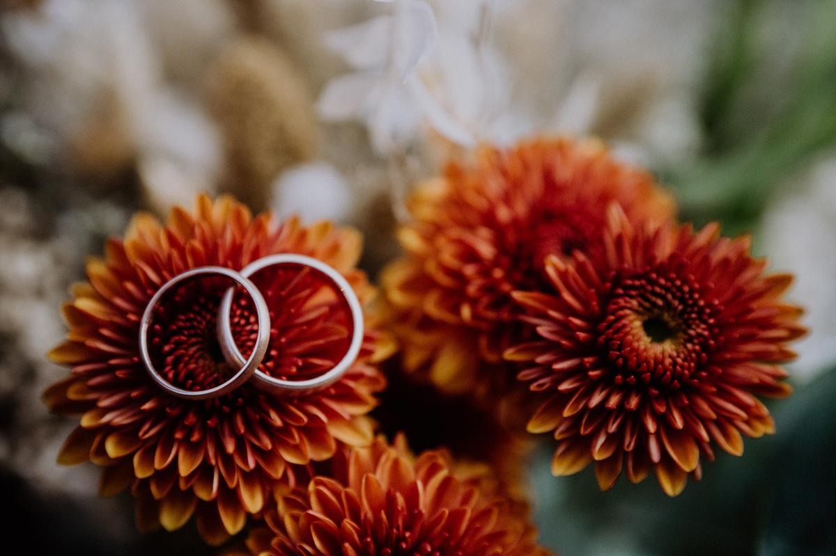 Idee Hochzeitsfoto Eheringe auf Brautstrauß - Standesamt Weidendom und Spreewood Distillers DIY-Herbst-Hochzeit von Spreewald Hochzeitsfotografin aus Berlin © www.hochzeitslicht