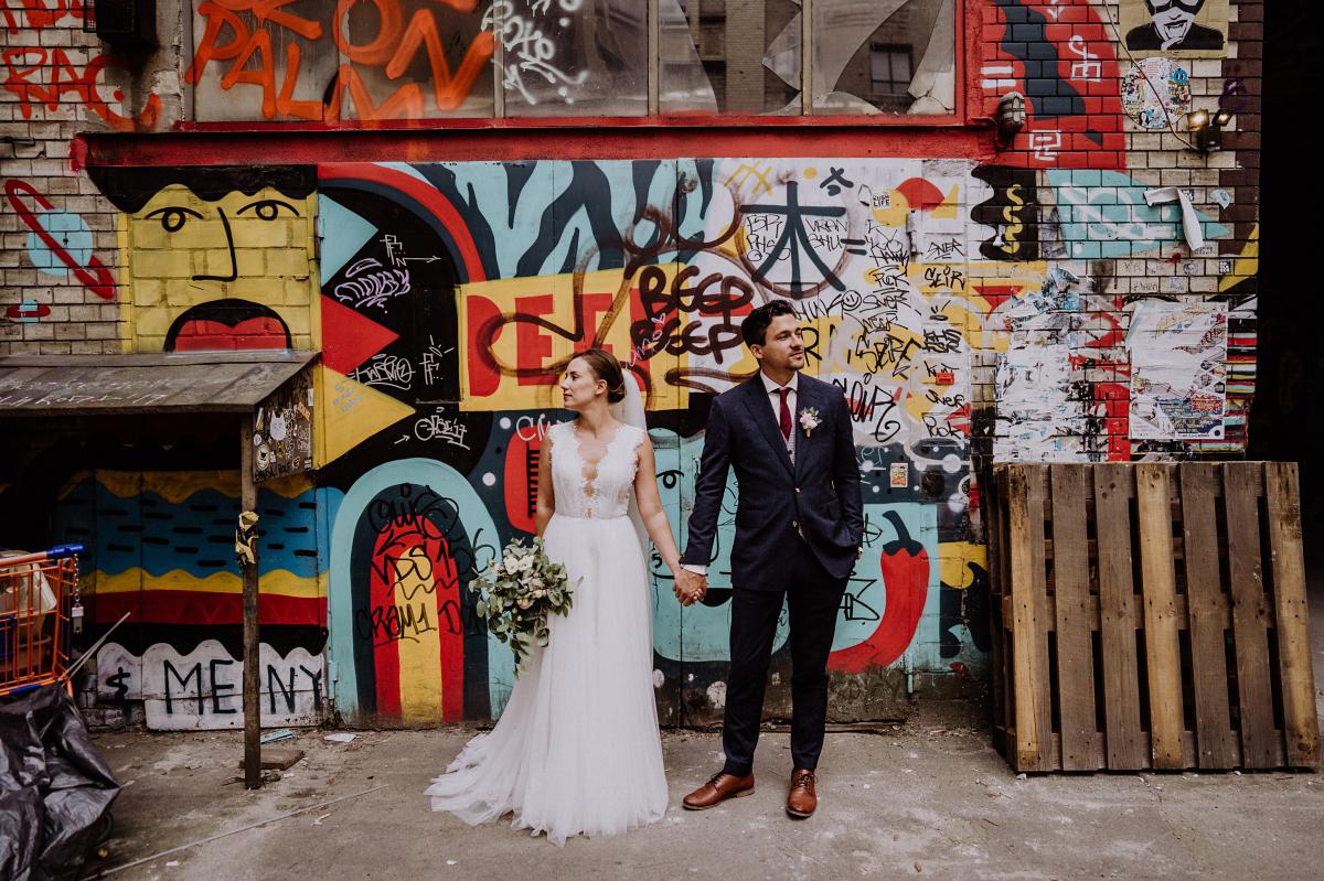 Hochzeitsfotografie Berlin Brautpaar mit Graffiti - Berliner Hochzeitsfotografin dokumentiert urbane Hochzeit im Tangoloft Berlin Wedding - Hochzeitslocation am Wasser © www.hochzeitslicht.de