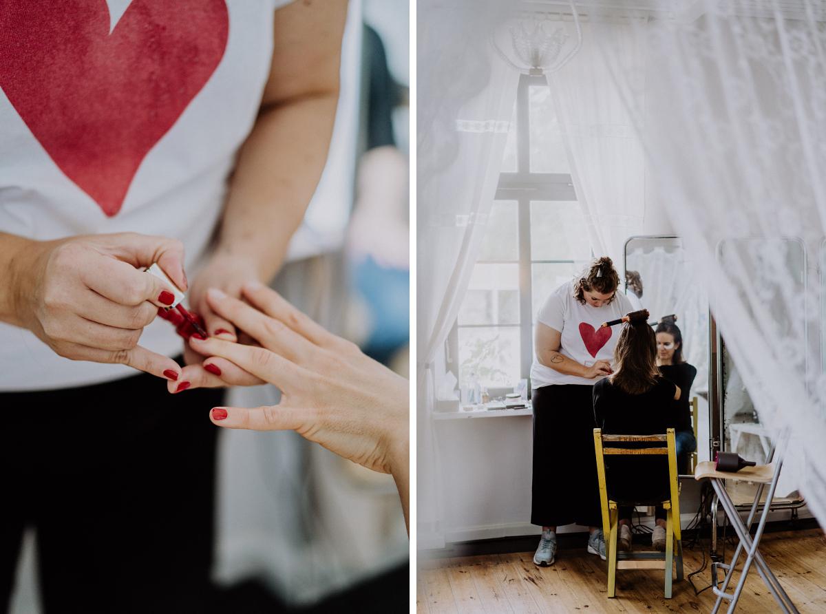 Ideen Hochzeitsfotos Getting Ready Braut - Boho-Scheunenhochzeit in Brandenburg im Schmetterlingsgarten mit Hochzeitsfotografin aus Berlin © www.hochzeitslicht.de