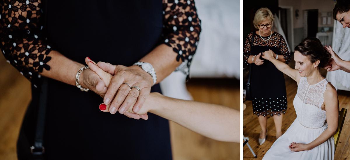 Inspiration emotionale Hochzeitsfotos Braut mit Mutter Vorbereitungen - Boho-Scheunenhochzeit in Brandenburg im Schmetterlingsgarten mit Hochzeitsfotografin aus Berlin © www.hochzeitslicht.de