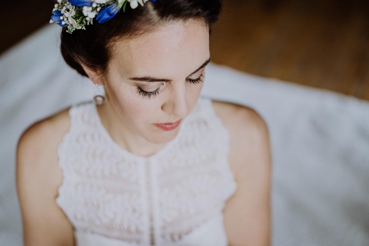 Idee Hochzeitsfotografie Braut vor Hochzeit - Boho-Scheunenhochzeit in Brandenburg im Schmetterlingsgarten mit Hochzeitsfotografin aus Berlin © www.hochzeitslicht.de