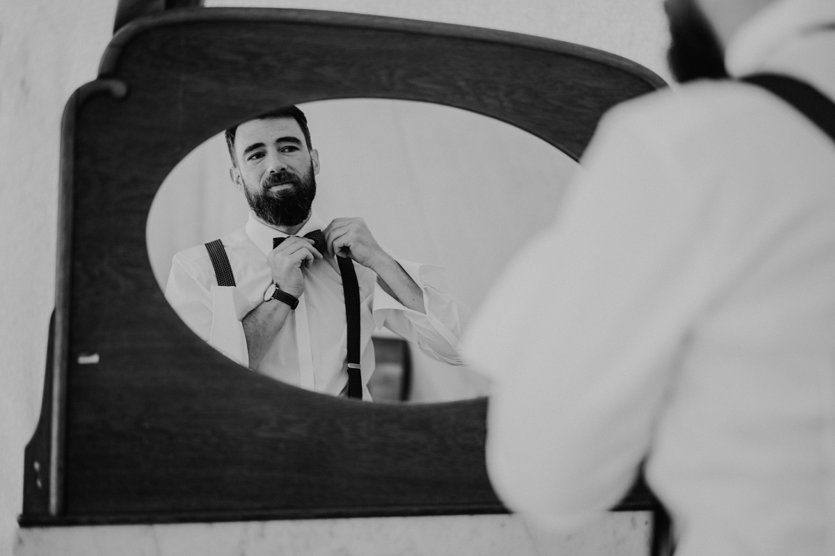 Idee Hochzeitsfotografie Ankleiden Bräutigam in Spiegel schwarz weiß - Boho-Scheunenhochzeit in Brandenburg im Schmetterlingsgarten mit Hochzeitsfotografin aus Berlin © www.hochzeitslicht.de