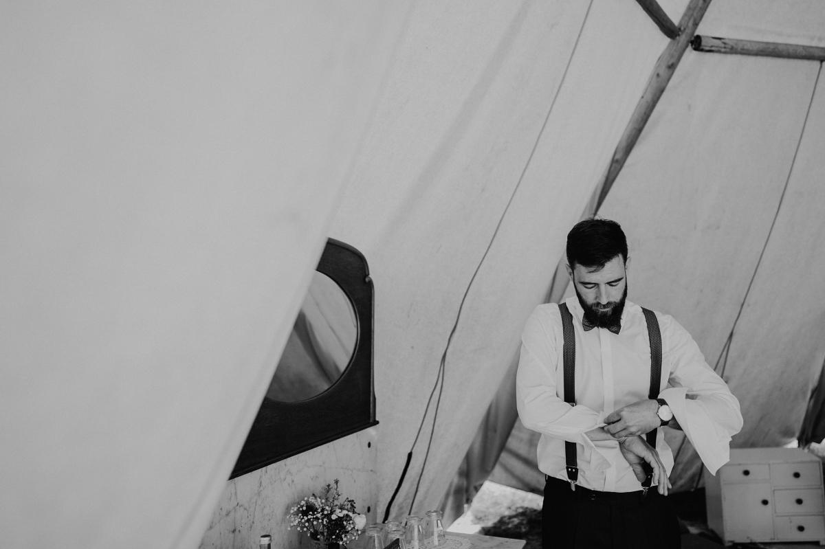Hochzeitsreportage Vorbereitungen Bräutigam Zelt-Hochzeit - Boho-Scheunenhochzeit in Brandenburg im Schmetterlingsgarten mit Hochzeitsfotografin aus Berlin © www.hochzeitslicht.de