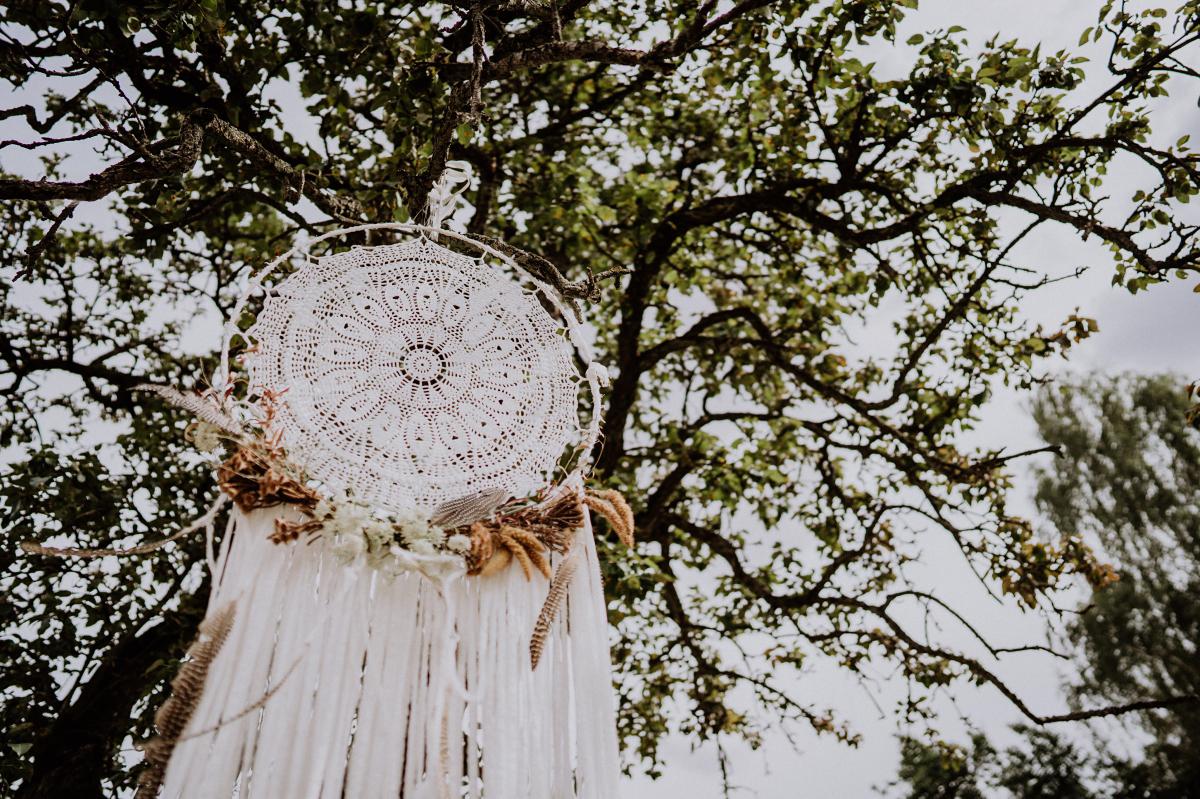 Idee Dekoration Bohohochzeit Traumfänger Spitze mit getrockneten Blumen - Boho-Scheunenhochzeit in Brandenburg im Schmetterlingsgarten mit Hochzeitsfotografin aus Berlin © www.hochzeitslicht.de