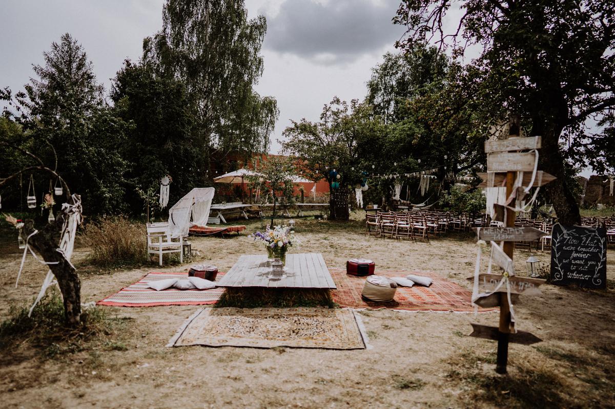 Inspiration Hochzeitslocation outdoor DIY Bohohochzeit - Boho-Scheunenhochzeit in Brandenburg im Schmetterlingsgarten mit Hochzeitsfotografin aus Berlin © www.hochzeitslicht.de