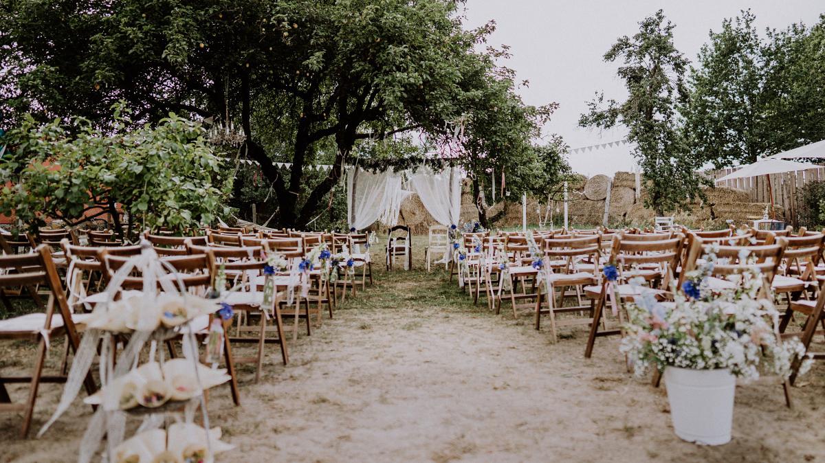 Hochzeitslocation freie Trauung unter freiem Himmel Gartenhochzeit - Boho-Scheunenhochzeit in Brandenburg im Schmetterlingsgarten mit Hochzeitsfotografin aus Berlin © www.hochzeitslicht.de