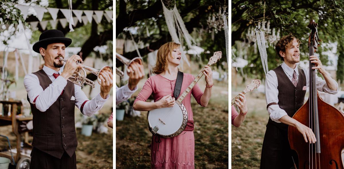 Hochzeitsfoto Band Musik freie Trauung natürliche vintage Gartenhochzeit - Boho-Scheunenhochzeit in Brandenburg im Schmetterlingsgarten mit Hochzeitsfotografin aus Berlin © www.hochzeitslicht.de