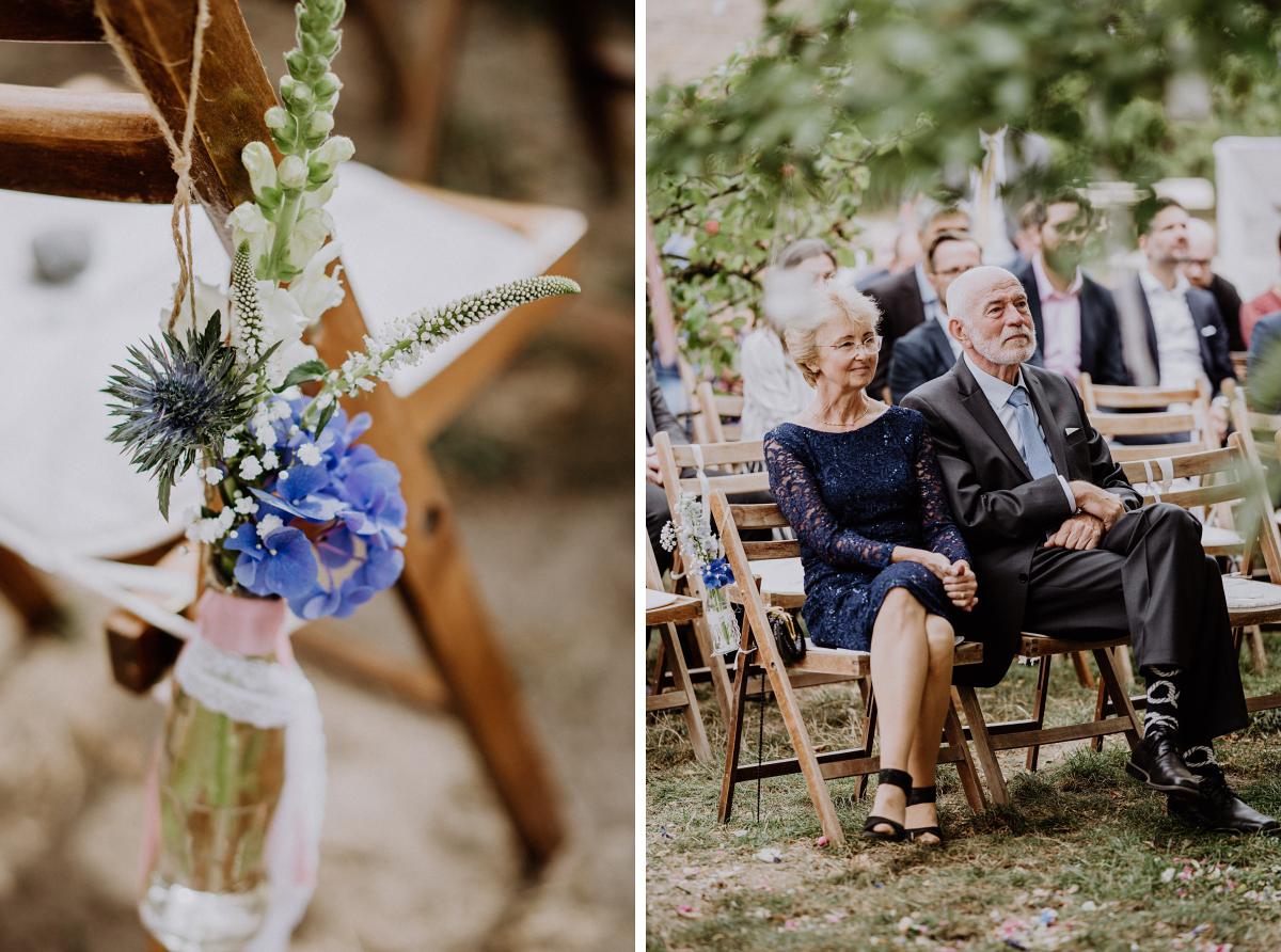 Hochzeitsfotos freie Trauung draußen Landhochzeit; Blumenschmuck Blumen blau weiß - Boho-Scheunenhochzeit in Brandenburg im Schmetterlingsgarten mit Hochzeitsfotografin aus Berlin © www.hochzeitslicht.de