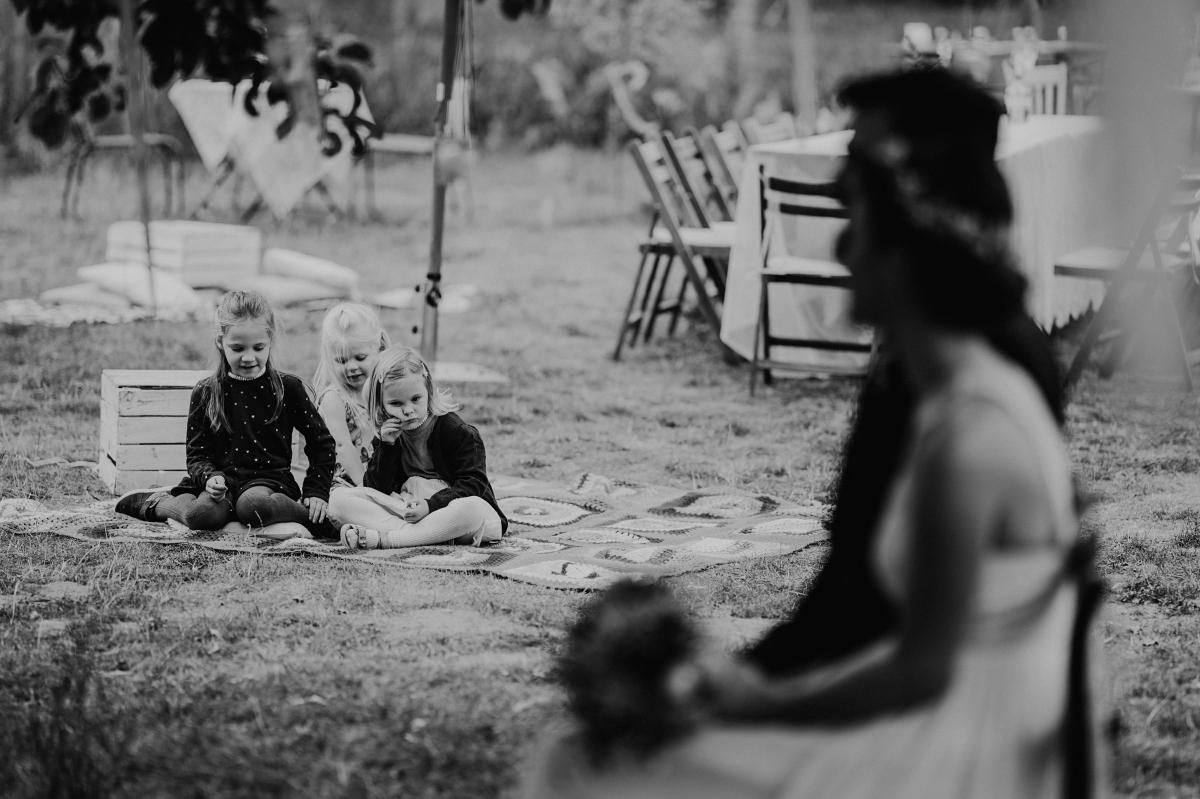 Hochzeitsreportagefoto freie Trauung Boho-Gartenhochzeit - Boho-Scheunenhochzeit in Brandenburg im Schmetterlingsgarten mit Hochzeitsfotografin aus Berlin © www.hochzeitslicht.de