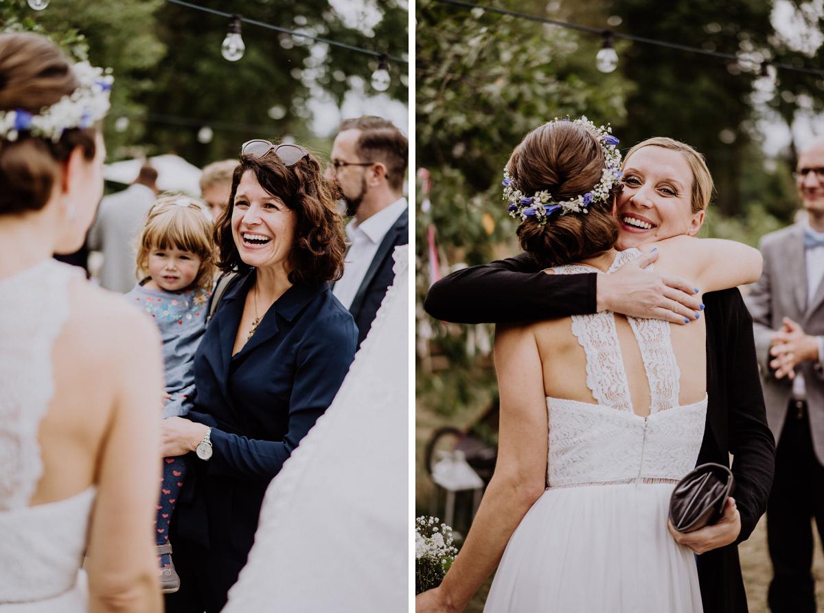 Hochzeitsfotos Gratulation Gäste nach freier Trauung - Boho-Scheunenhochzeit in Brandenburg im Schmetterlingsgarten mit Hochzeitsfotografin aus Berlin © www.hochzeitslicht.de