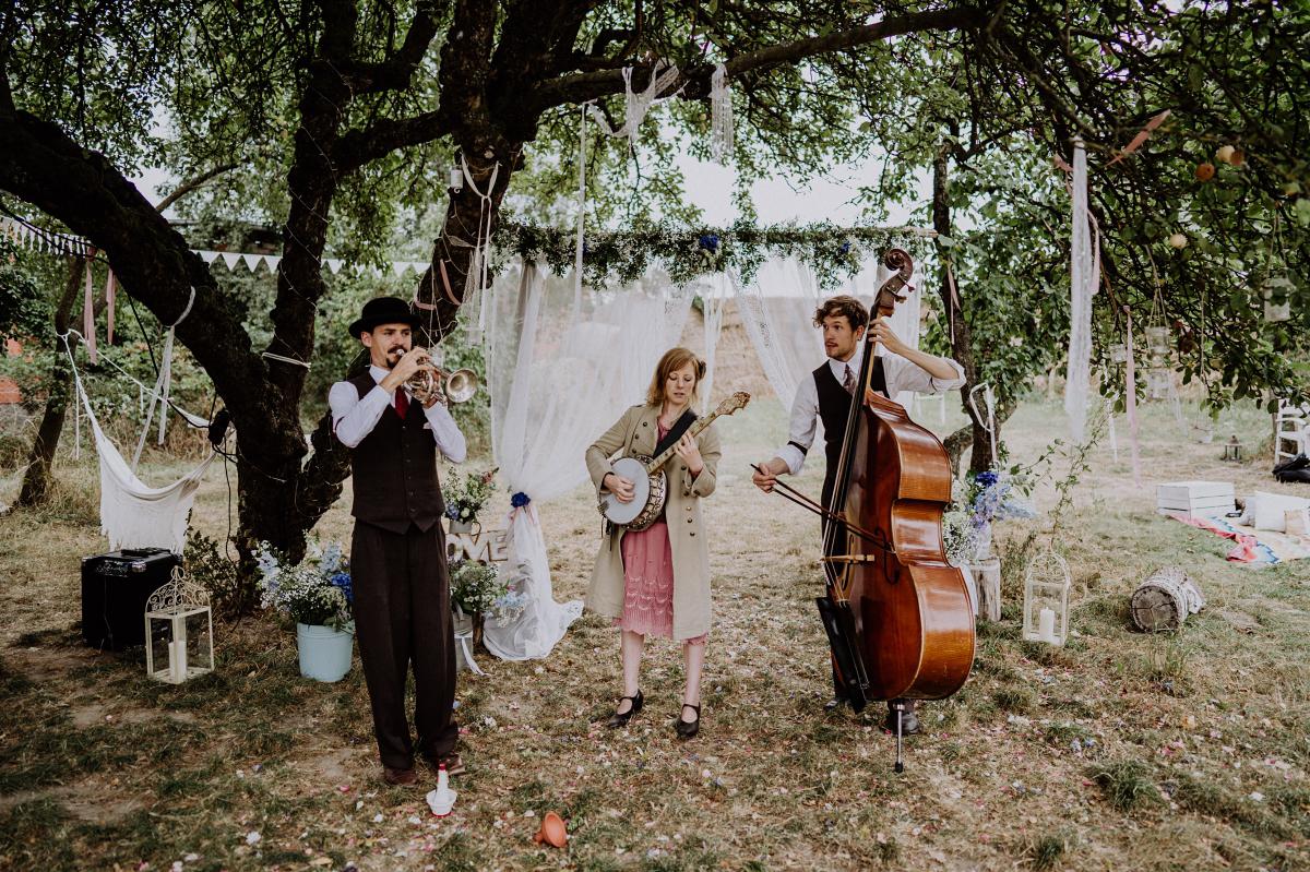 Hochzeitsfoto Band Sektempfang Bohohochzeit - Boho-Scheunenhochzeit in Brandenburg im Schmetterlingsgarten mit Hochzeitsfotografin aus Berlin © www.hochzeitslicht.de