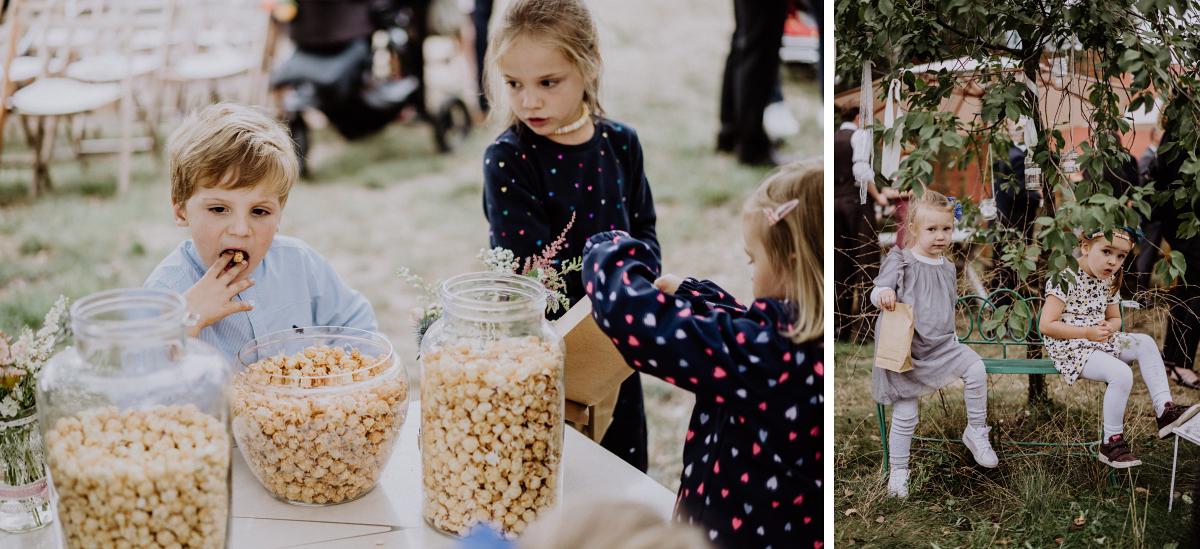 Hochzeitsreportage Hochzeit mit Kindern - Boho-Scheunenhochzeit in Brandenburg im Schmetterlingsgarten mit Hochzeitsfotografin aus Berlin © www.hochzeitslicht.de