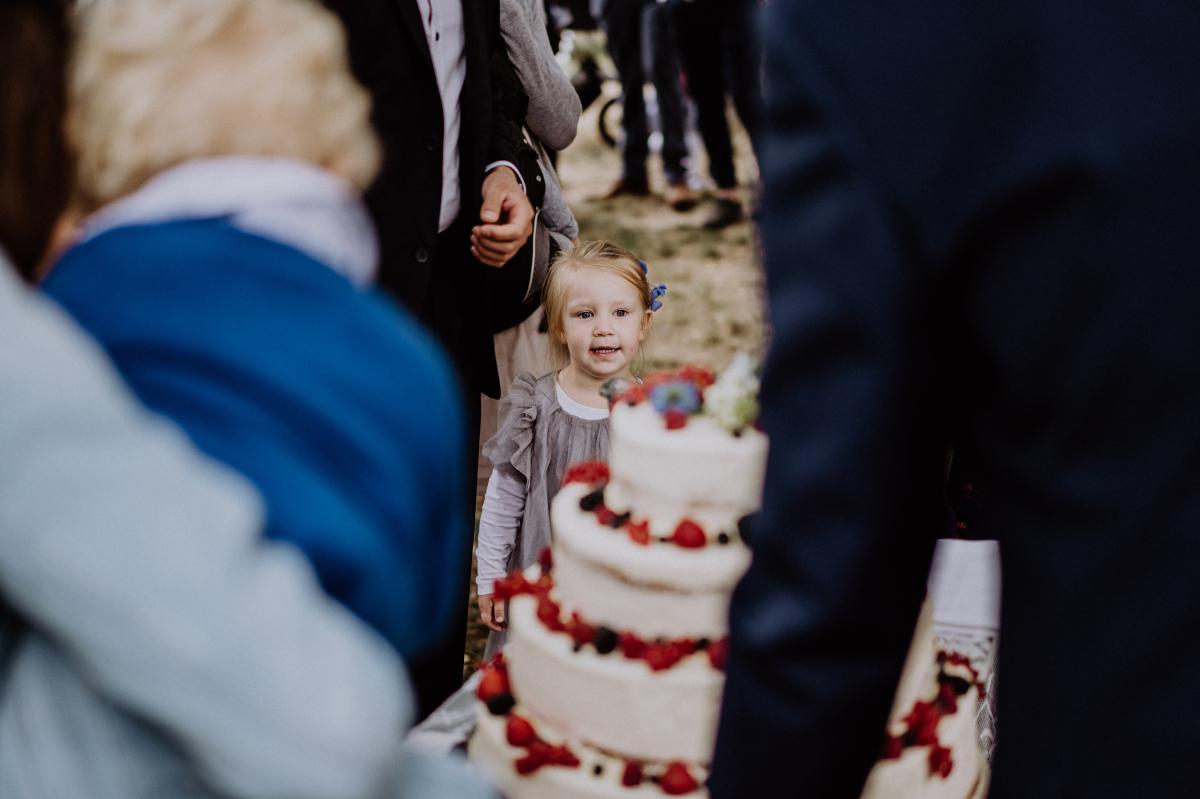 Hochzeitsfotografie Hochzeit mit Kind - Boho-Scheunenhochzeit in Brandenburg im Schmetterlingsgarten mit Hochzeitsfotografin aus Berlin © www.hochzeitslicht.de