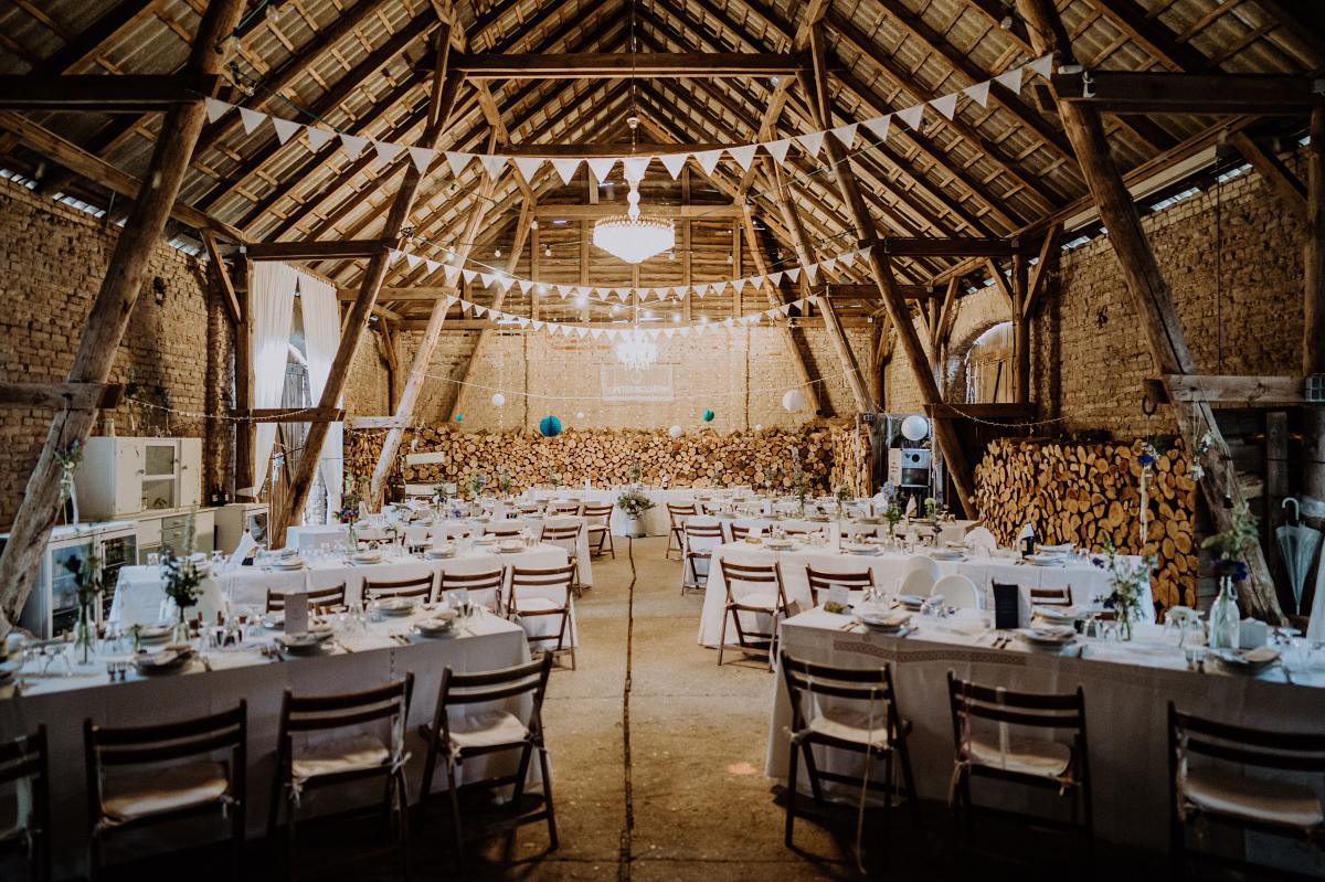 Hochzeitslocation Scheunenhochzeit elegant Uckermark - Boho-Scheunenhochzeit in Brandenburg im Schmetterlingsgarten mit Hochzeitsfotografin aus Berlin © www.hochzeitslicht.de