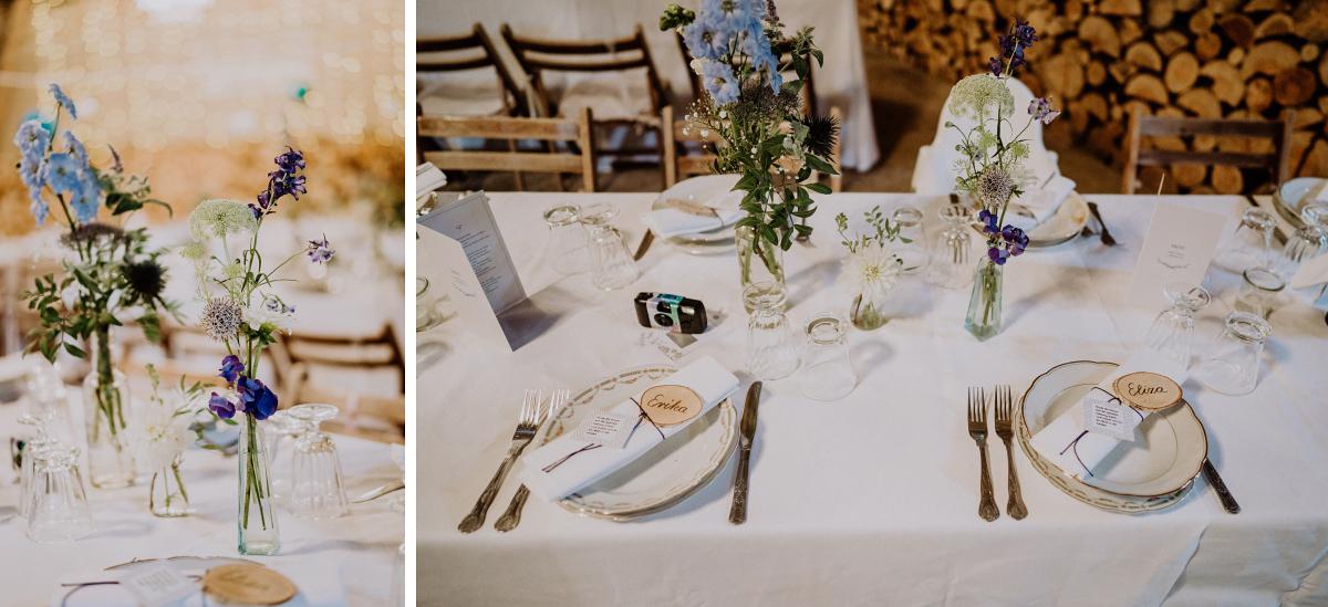 Ideen Tischdekoration rustikal-elegante Landhochzeit weiß blau silber mit Holz - Boho-Scheunenhochzeit in Brandenburg im Schmetterlingsgarten mit Hochzeitsfotografin aus Berlin © www.hochzeitslicht.de
