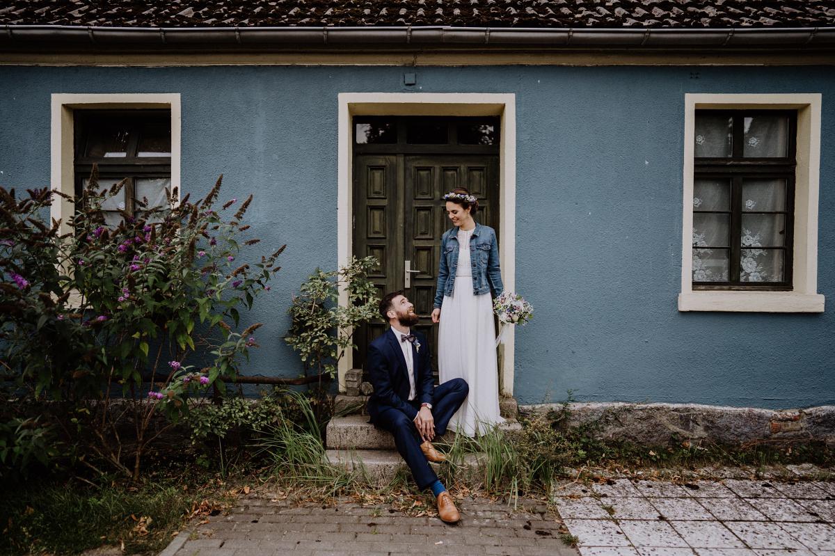 Idee Hochzeitsfoto Regenhochzeit auf dem Land - Boho-Scheunenhochzeit in Brandenburg im Schmetterlingsgarten mit Hochzeitsfotografin aus Berlin © www.hochzeitslicht.de