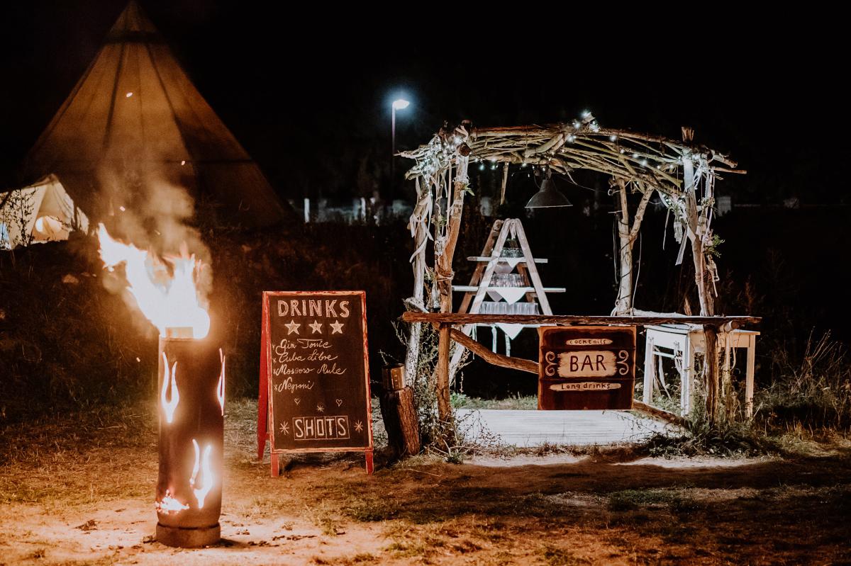 Hochzeitsfoto Bar Gartenhochzeit Feuerschale - Boho-Scheunenhochzeit in Brandenburg im Schmetterlingsgarten mit Hochzeitsfotografin aus Berlin © www.hochzeitslicht.de