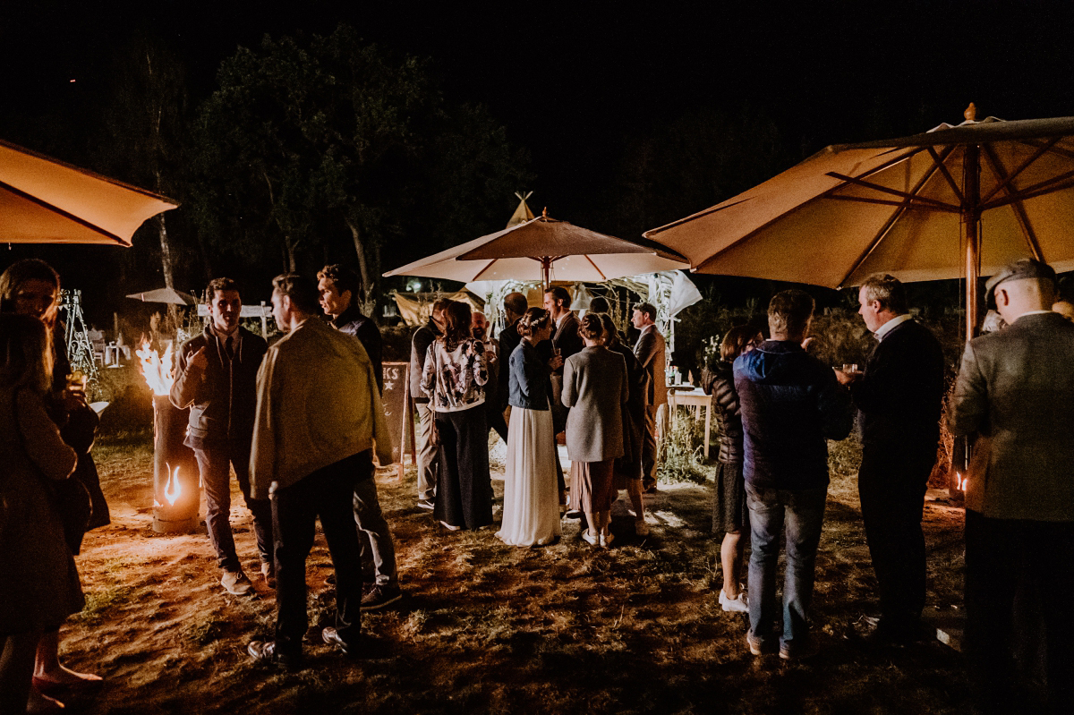 Hochzeitsfeier draußen Gartenhochzeit - Boho-Scheunenhochzeit in Brandenburg im Schmetterlingsgarten mit Hochzeitsfotografin aus Berlin © www.hochzeitslicht.de
