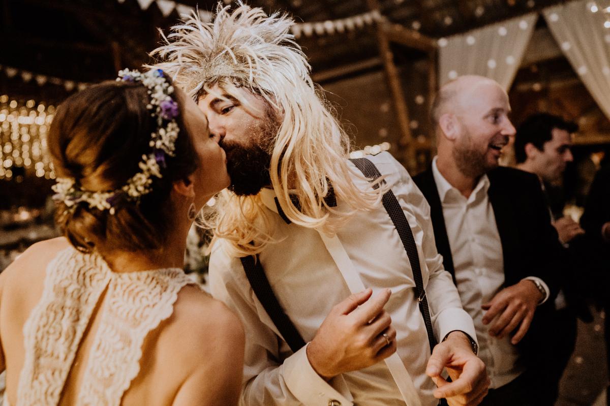 lustiges Hochzeitsfoto Brautpaar bei Hochzeitsparty - Boho-Scheunenhochzeit in Brandenburg im Schmetterlingsgarten mit Hochzeitsfotografin aus Berlin © www.hochzeitslicht.de