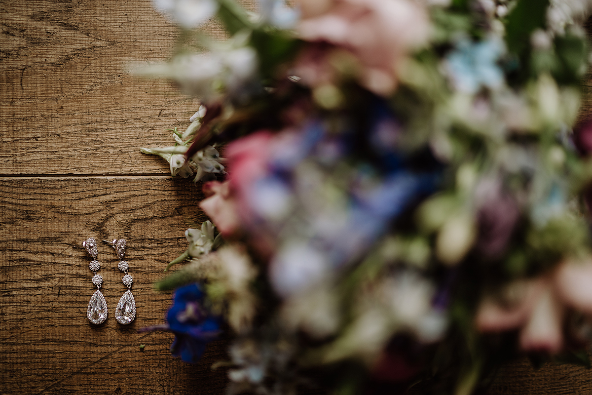 Hochzeitsreportagefoto Brautschmuck - Spreewald Hochzeitsfotografin im Standesamt Weidendom Hochzeit am Wasser im Spreewaldresort Seinerzeit © www.hochzeitslicht.de