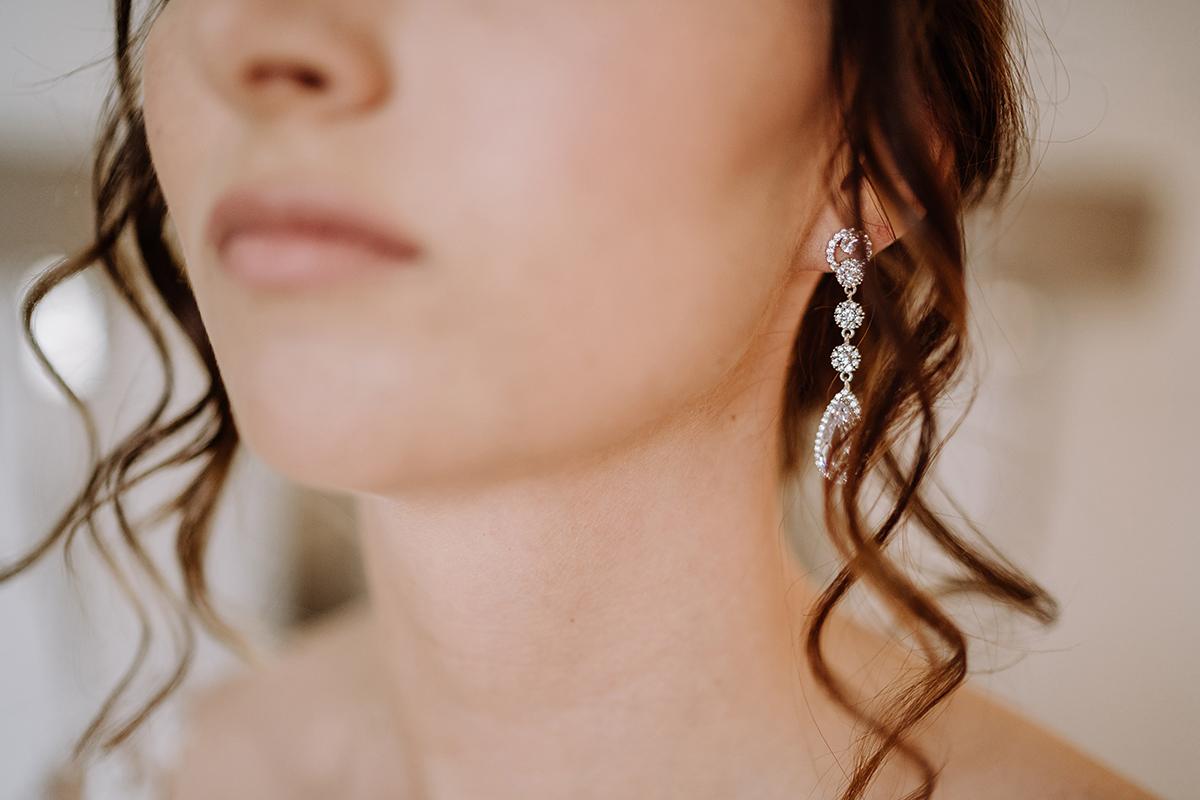 Hochzeitsfotografie Braut Ohrringe Hochzeit - Spreewald Hochzeitsfotografin im Standesamt Weidendom Hochzeit am Wasser im Spreewaldresort Seinerzeit © www.hochzeitslicht.de