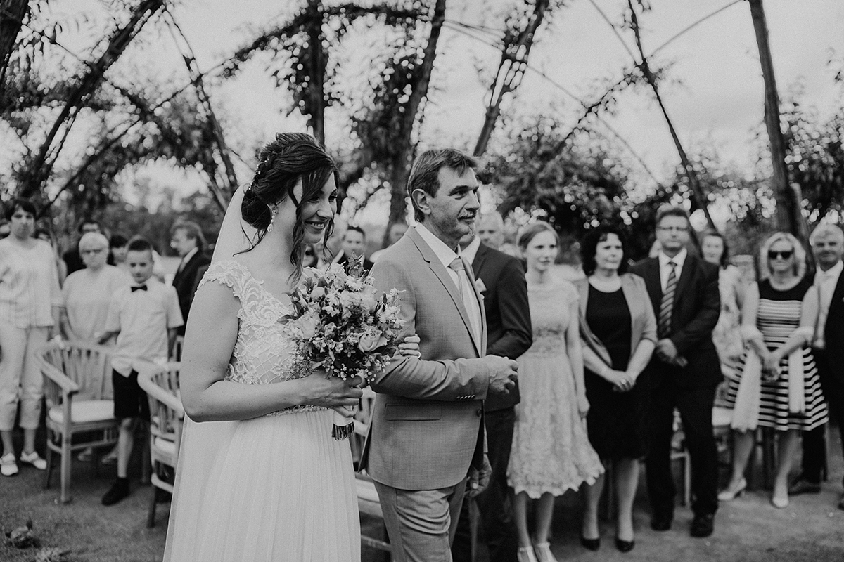 Hochzeitsfotografie Einzug Braut standesamtliche Trauung - Spreewald Hochzeitsfotografin im Standesamt Weidendom Hochzeit am Wasser im Spreewaldresort Seinerzeit © www.hochzeitslicht.de