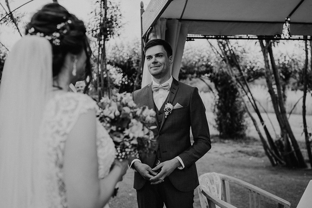Hochzeitsfoto wartender Bräutigam standesamtliche Trauung - Spreewald Hochzeitsfotografin im Standesamt Weidendom Hochzeit am Wasser im Spreewaldresort Seinerzeit © www.hochzeitslicht.de