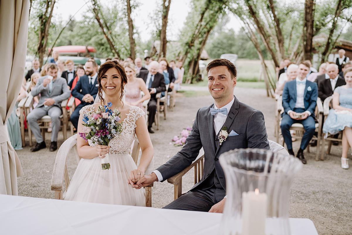 Hochzeitsreportage romantische vintage Landhochzeit - Spreewald Hochzeitsfotografin im Standesamt Weidendom Hochzeit am Wasser im Spreewaldresort Seinerzeit © www.hochzeitslicht.de