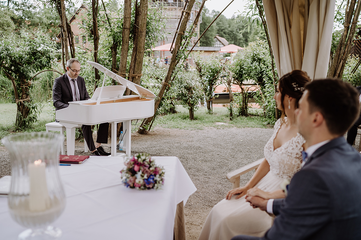Hochzeitsfoto standesamtliche Trauung Weidendom - Spreewald Hochzeitsfotografin im Standesamt Weidendom Hochzeit am Wasser im Spreewaldresort Seinerzeit © www.hochzeitslicht.de