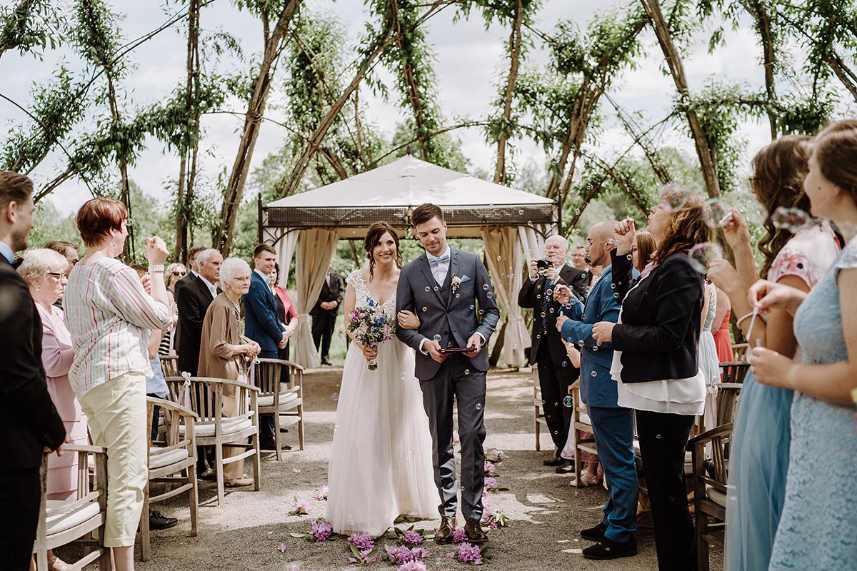 Hochzeitsfotografie Auszug Brautpaar natürliche Landhochzeit - Spreewald Hochzeitsfotografin im Standesamt Weidendom Hochzeit am Wasser im Spreewaldresort Seinerzeit © www.hochzeitslicht.de