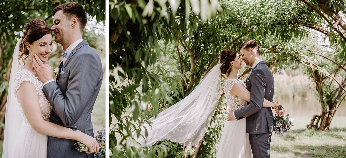 Hochzeitsfoto Brautpaar in der Natur wehender Schleier Braut - Spreewald Hochzeitsfotografin im Standesamt Weidendom Hochzeit am Wasser im Spreewaldresort Seinerzeit © www.hochzeitslicht.de