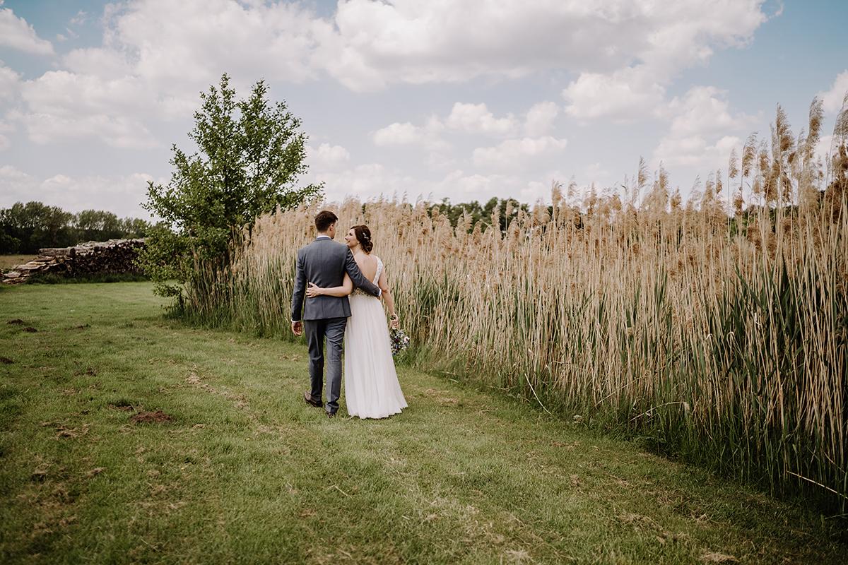 Hochzeitsfotoshooting Brautpaar auf Feld - Spreewald Hochzeitsfotografin im Standesamt Weidendom Hochzeit am Wasser im Spreewaldresort Seinerzeit © www.hochzeitslicht.de