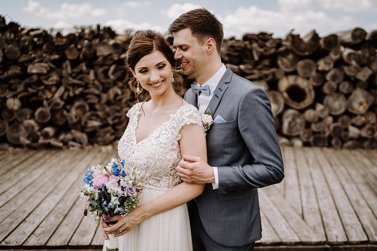 Idee Fotoshooting Brautpaar Holzstapel - Spreewald Hochzeitsfotografin im Standesamt Weidendom Hochzeit am Wasser im Spreewaldresort Seinerzeit © www.hochzeitslicht.de