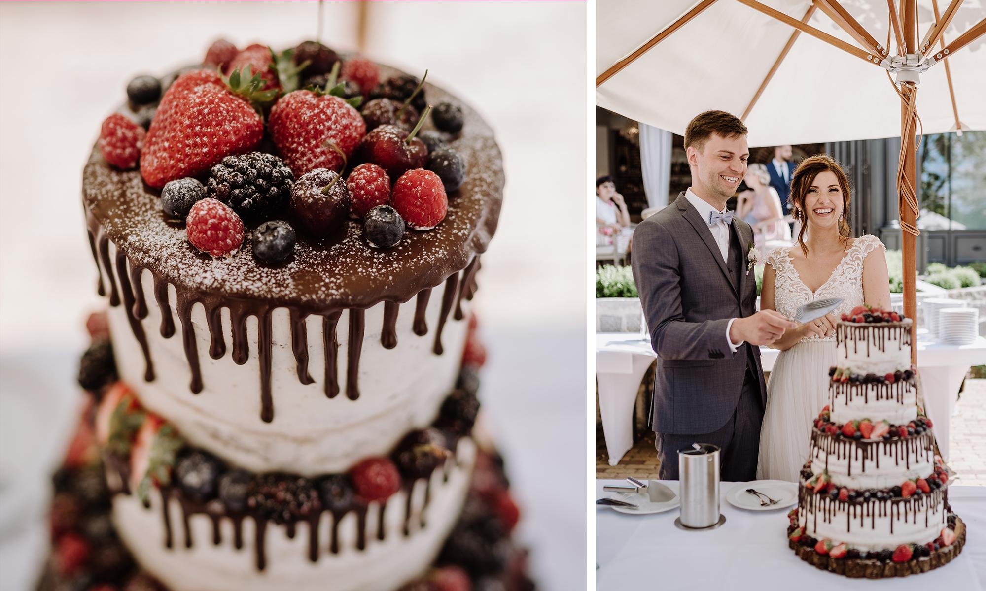 Hochzeitstorte vierstöckig weiß Schoko mit Beeren Drip Cake Sommerhochzeit - Spreewald Hochzeitsfotografin im Standesamt Weidendom Hochzeit am Wasser im Spreewaldresort Seinerzeit © www.hochzeitslicht.de