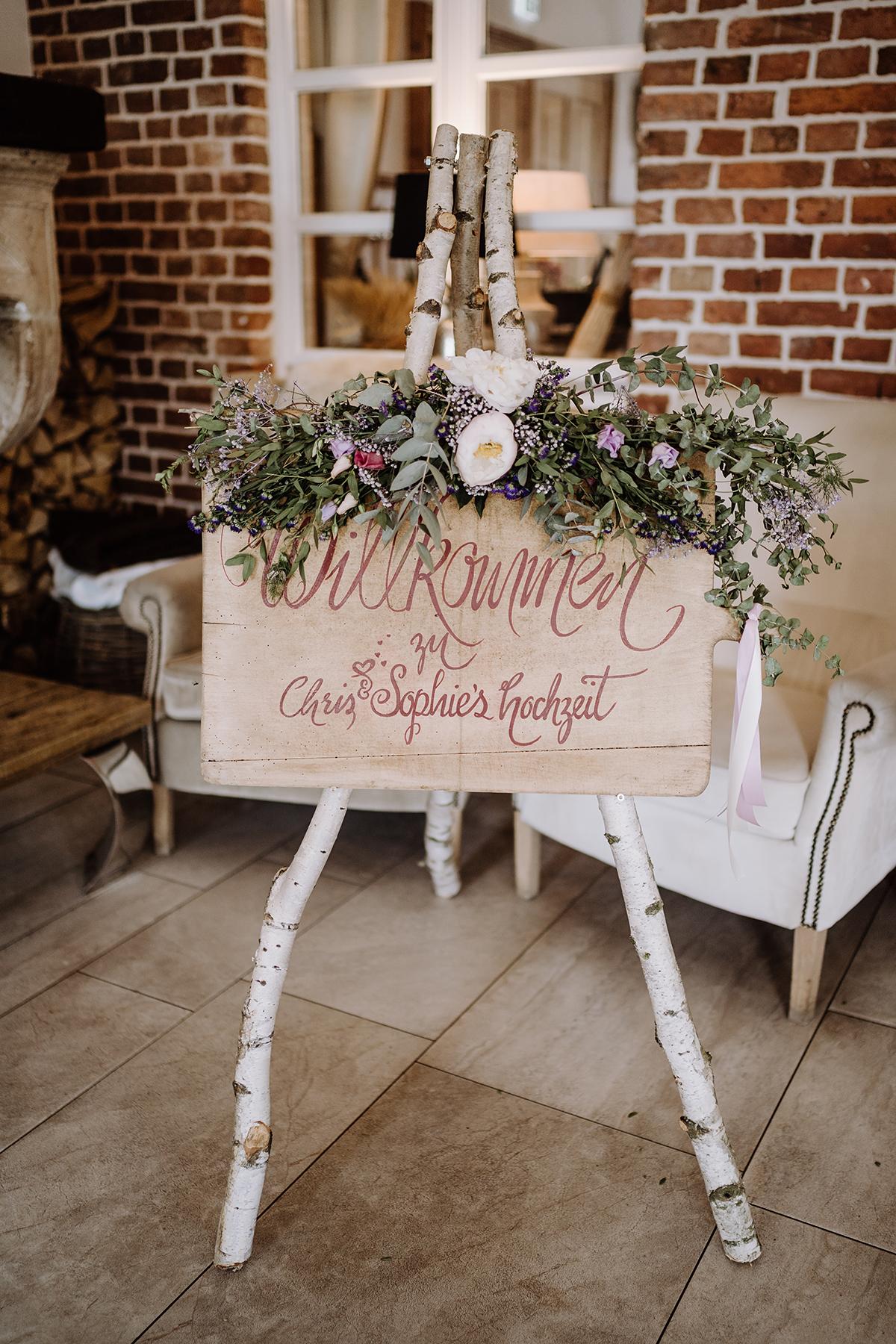 Inspiration Schild Holz Landhochzeit - Spreewald Hochzeitsfotografin im Standesamt Weidendom Hochzeit am Wasser im Spreewaldresort Seinerzeit © www.hochzeitslicht.de