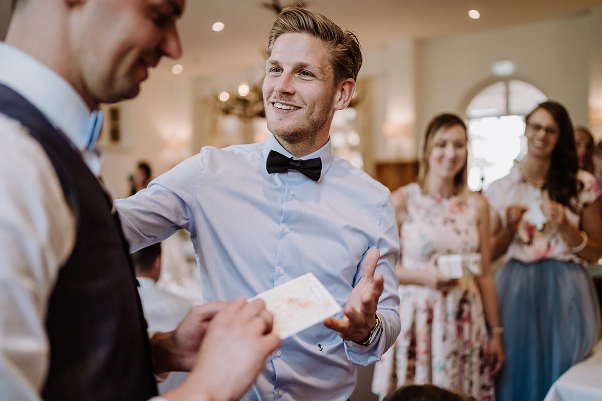 Hochzeitsreportagefoto Hochzeitsfeier vintage Landhochzeit - Spreewald Hochzeitsfotografin im Standesamt Weidendom Hochzeit am Wasser im Spreewaldresort Seinerzeit © www.hochzeitslicht.de