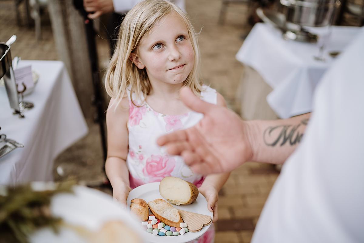 Hochzeitsfoto Barbecue Hochzeit Landhochzeit - Spreewald Hochzeitsfotografin im Standesamt Weidendom Hochzeit am Wasser im Spreewaldresort Seinerzeit © www.hochzeitslicht.de