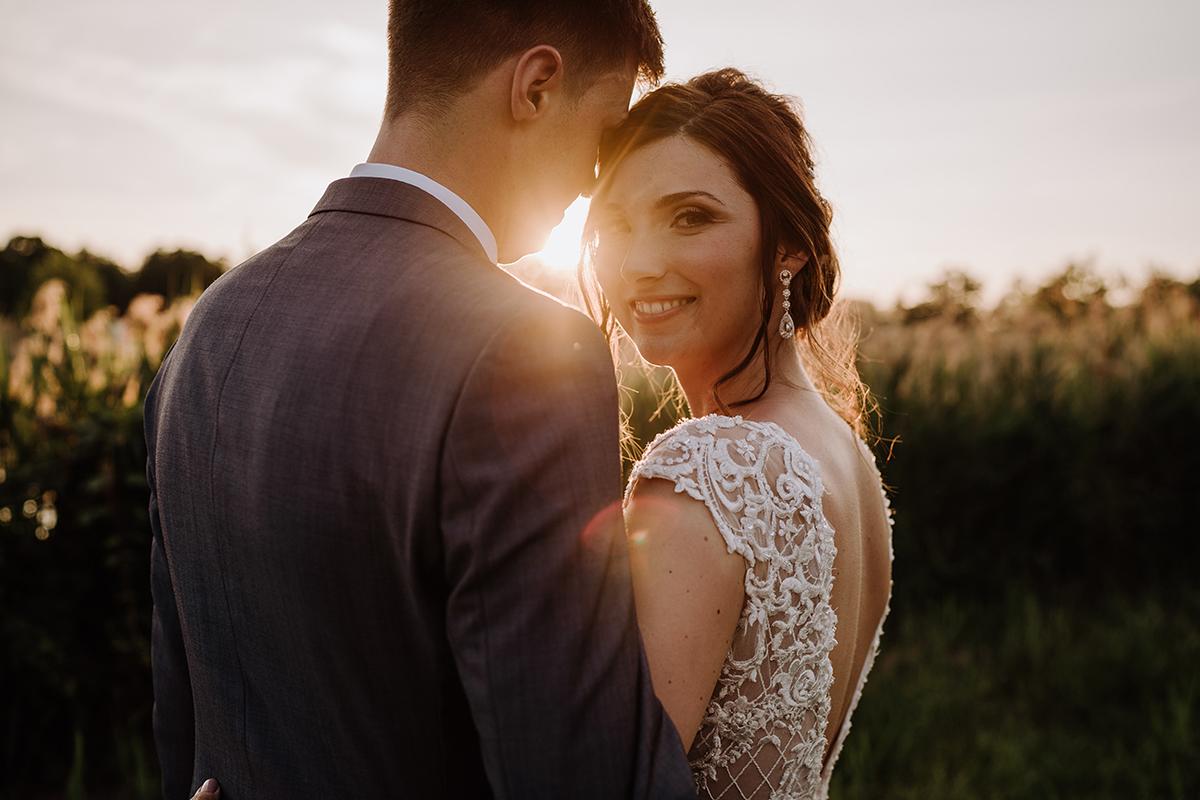 Sonnenuntergang Fotoshooting Feld - Spreewald Hochzeitsfotografin im Standesamt Weidendom Hochzeit am Wasser im Spreewaldresort Seinerzeit © www.hochzeitslicht.de