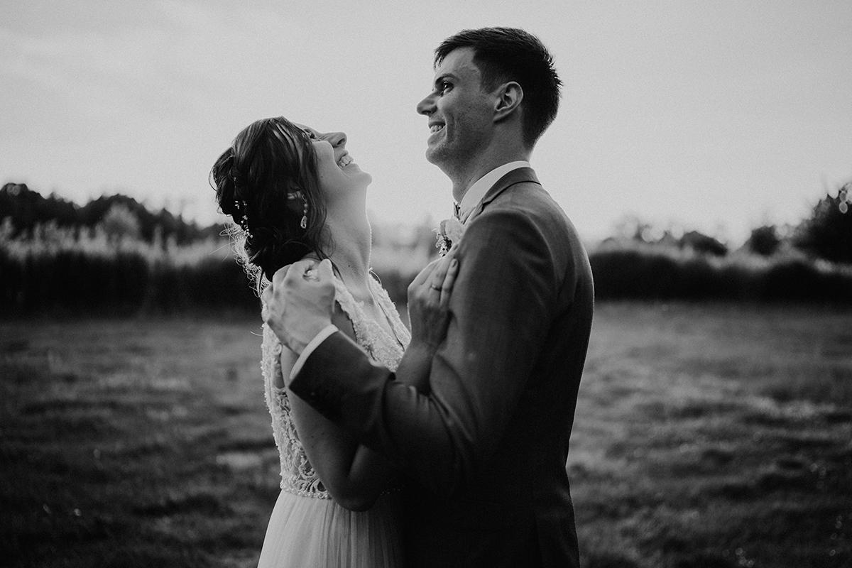 fröhliches Hochzeitsfoto Brautpaar auf Feld - Spreewald Hochzeitsfotografin im Standesamt Weidendom Hochzeit am Wasser im Spreewaldresort Seinerzeit © www.hochzeitslicht.de