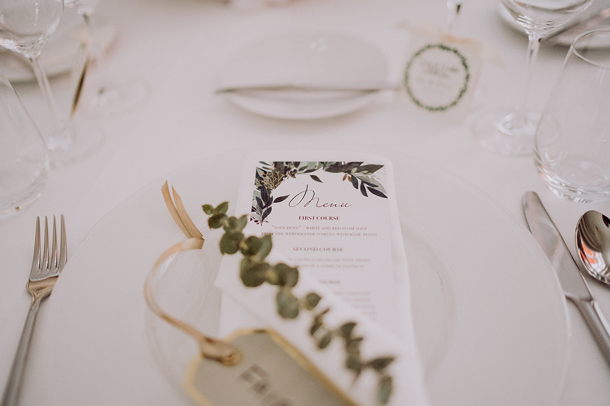Inspiration Tischdekoration schlicht weiß gold Eukalyptus - vintage DIY Waldhochzeit in Berlin von Villa Schützenhof Hochzeitsfotografin © www.hochzeitslicht.de