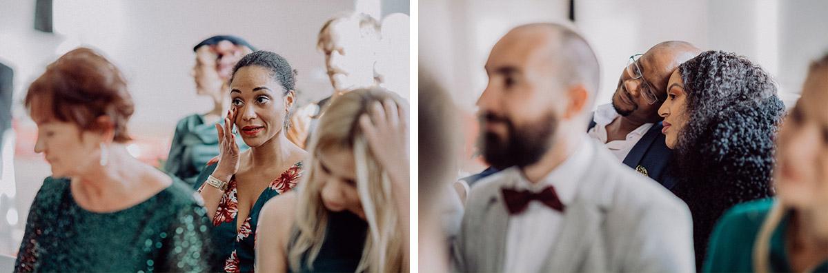 Hochzeitsfotos emotional Hochzeitsgäste freie Trauung - vintage DIY Waldhochzeit in Berlin von Villa Schützenhof Hochzeitsfotografin © www.hochzeitslicht.de