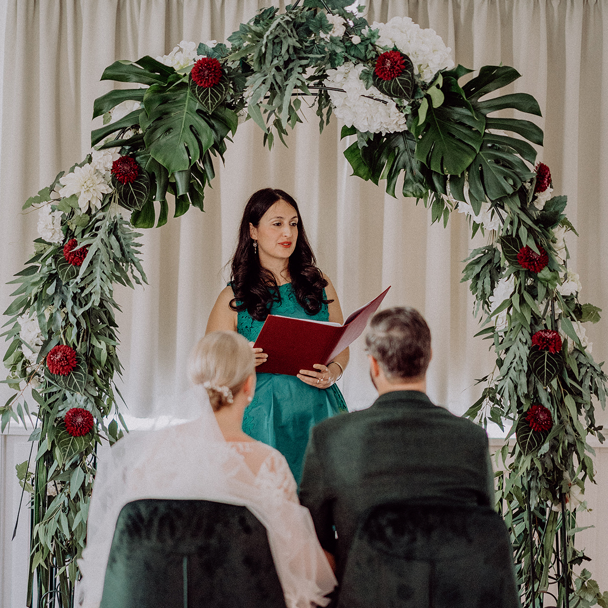 Hochzeitsfoto freie Trauung Traubogen Monstera Eukalyptus Dahlien weiß rot - vintage DIY Waldhochzeit in Berlin von Villa Schützenhof Hochzeitsfotografin © www.hochzeitslicht.de