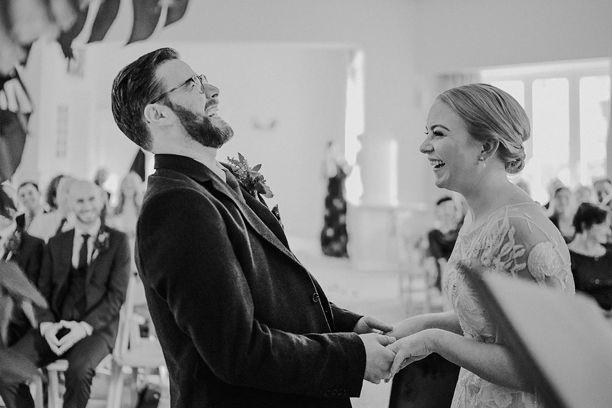 natürliche Hochzeitsfotografie Brautpaar freie Trauung Berlin - vintage DIY Waldhochzeit in Berlin von Villa Schützenhof Hochzeitsfotografin © www.hochzeitslicht.de
