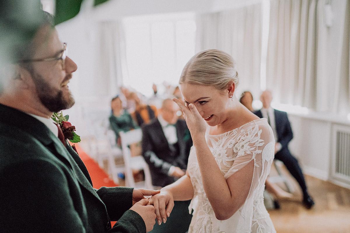 ungestelltes Hochzeitsfoto freie Trauungszeremonie Berlin-Spandau - vintage DIY Waldhochzeit in Berlin von Villa Schützenhof Hochzeitsfotografin © www.hochzeitslicht.de