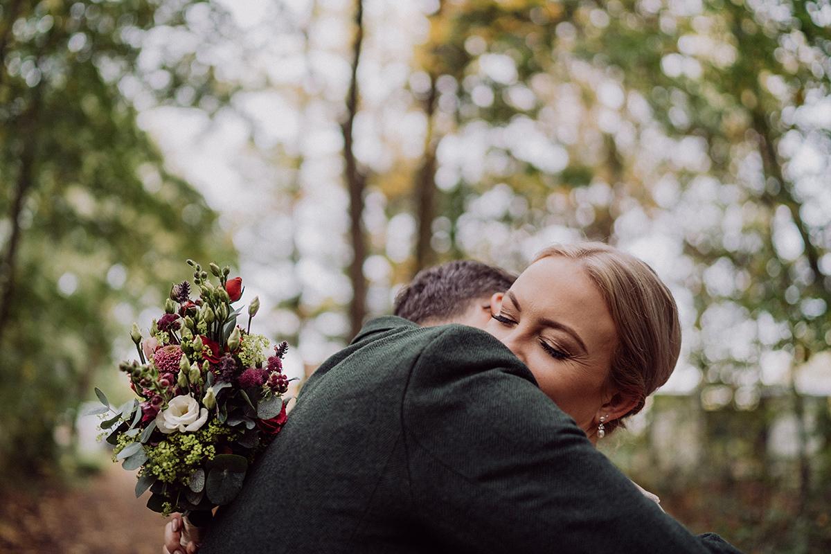 natürliches Hochzeitsfoto Brautpaar im Grünen - vintage DIY Waldhochzeit in Berlin von Villa Schützenhof Hochzeitsfotografin © www.hochzeitslicht.de